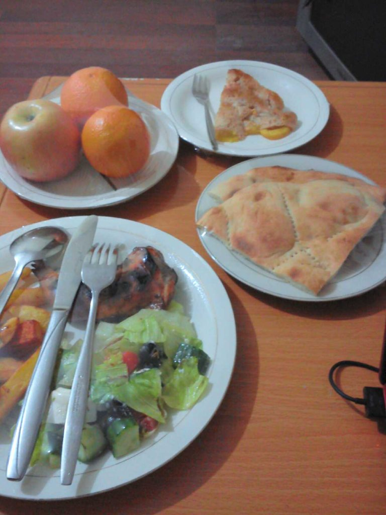 Kolejne zdjęcie posiłku każdy talerz dostaję zapakowany w folię spożywczą
