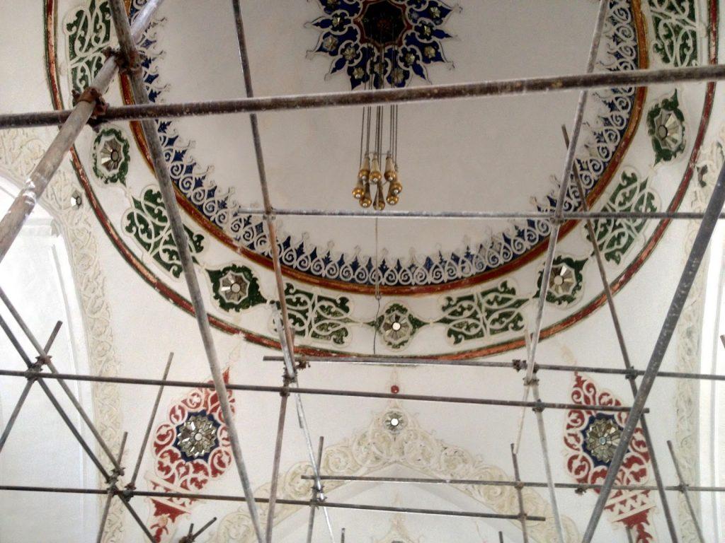 Dekorowany sufit głównej sali pałacyku Baghe Bala w Kabulu w Afganistanie