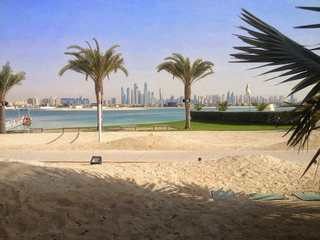 Widok na Dubaj z plaży hotelu Atlantis