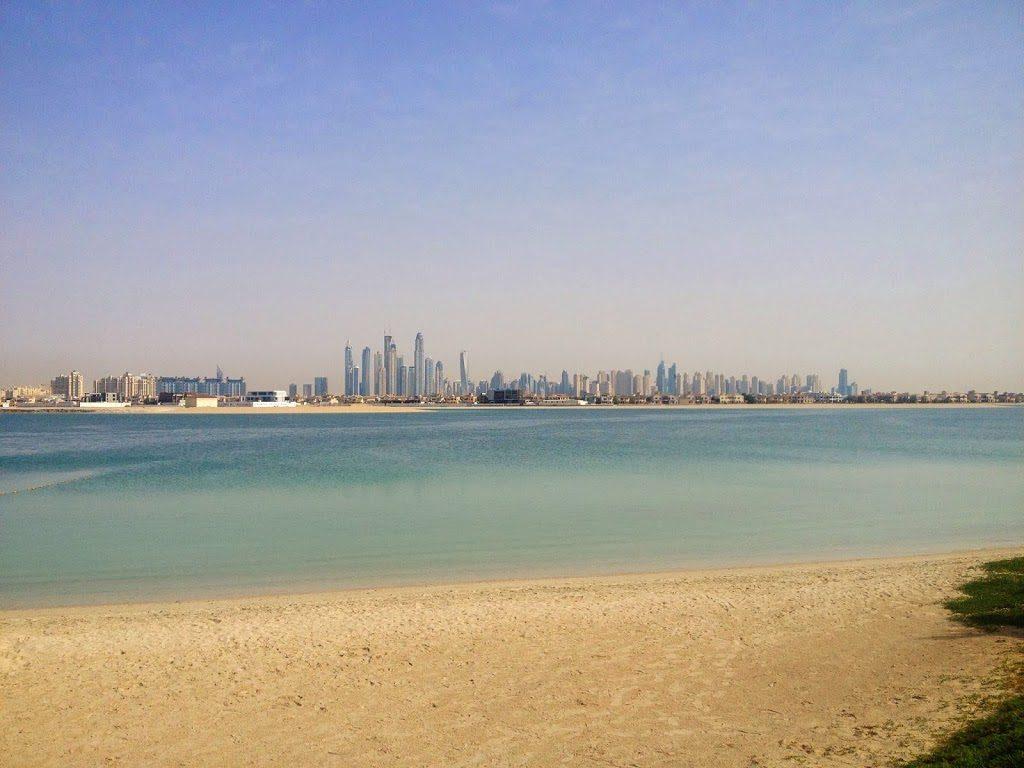 Widok z oddali na wieżowce Dubaju