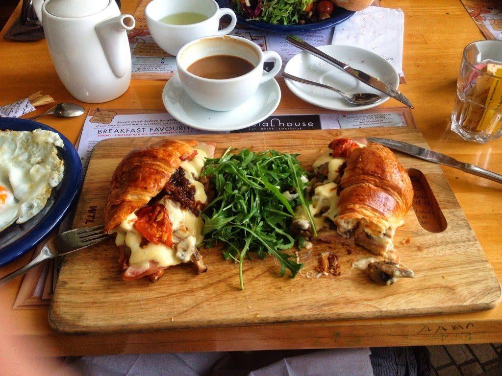 Pyszne śniadanie w kawiarni w Dubaju