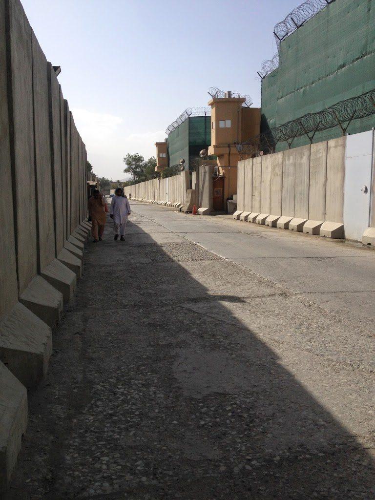Typowa ulica w Kabulu - zasieki i mury za którymi nic nie widać
