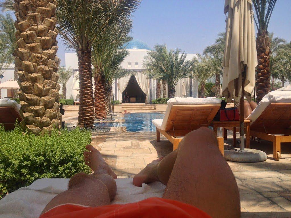 Chill przy basenie hotelu Hyatt w Dubaju