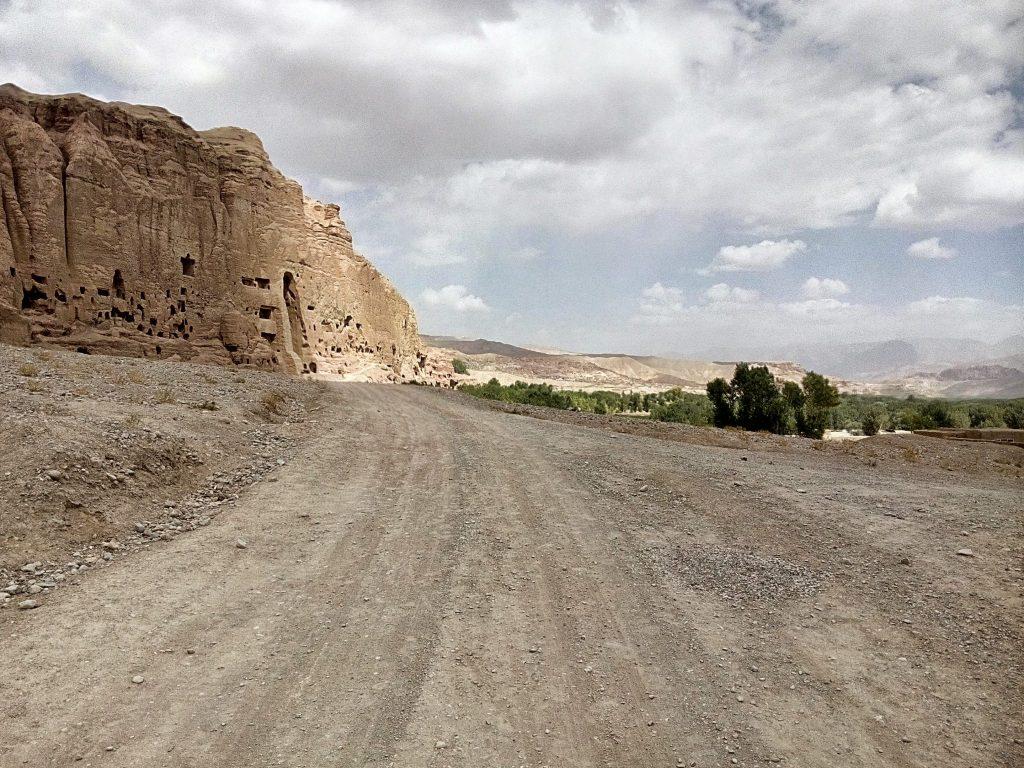 Widok na szutrową drogę w dolinie Bamyan