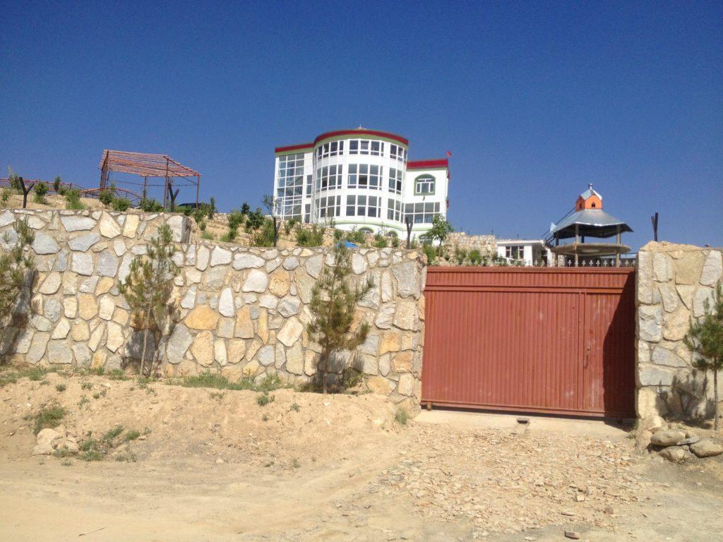 Dość typowy współczesny Afgański dom który stara się nie zauważać że w Afganistanie też jest zima
