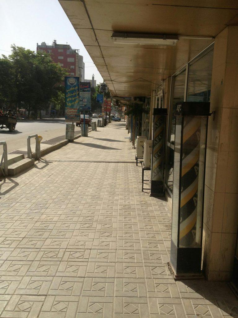 Typowa Afgańska ulica, po prawej stronie Afghan Fried Chicken