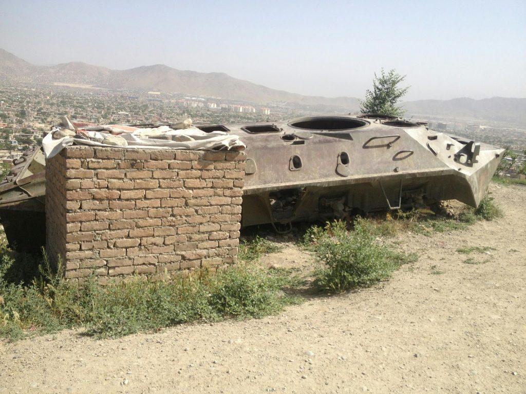 Pozostałości czołgu na wzgórzu w Kabulu