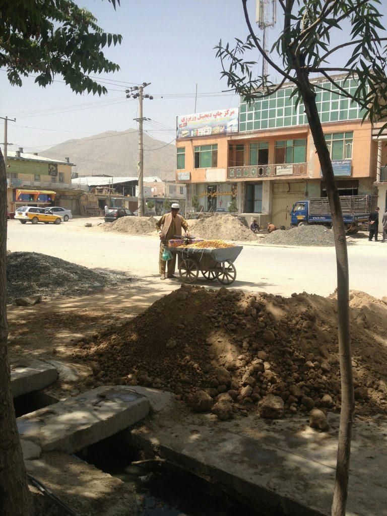 Sprzedawca owoców na Kabulskiej ulicy