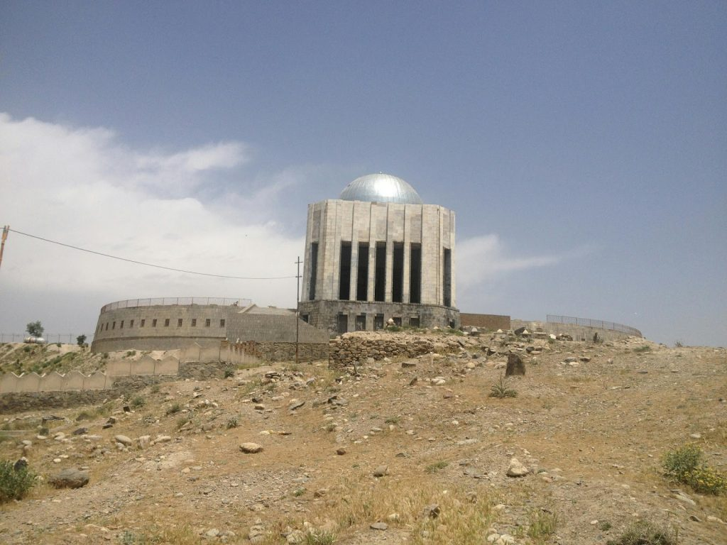 Grobowiec Mohammada Nader Szaha z oddali