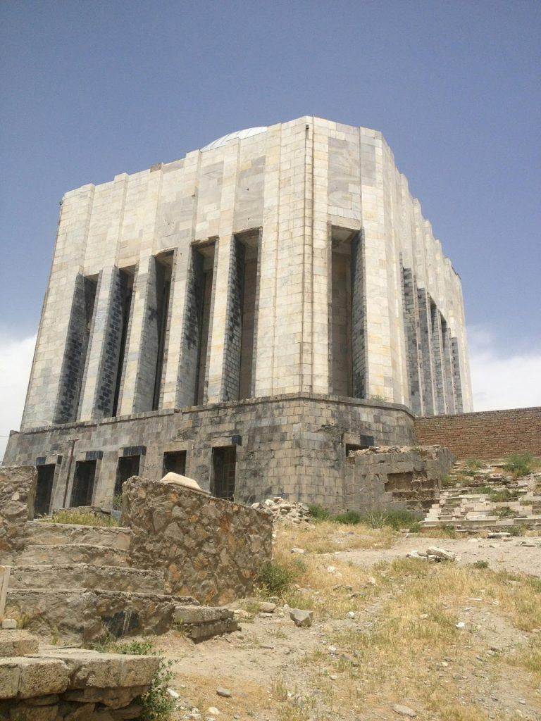 Grobowiec Mohammada Nader Szaha widziany od dołu