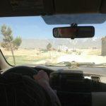 Widok zza szyby samochodu podczas wycieczki do jeziora Qargha