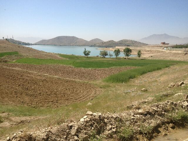 Widok na pola wokół jeziora Qargha w Afganistanie