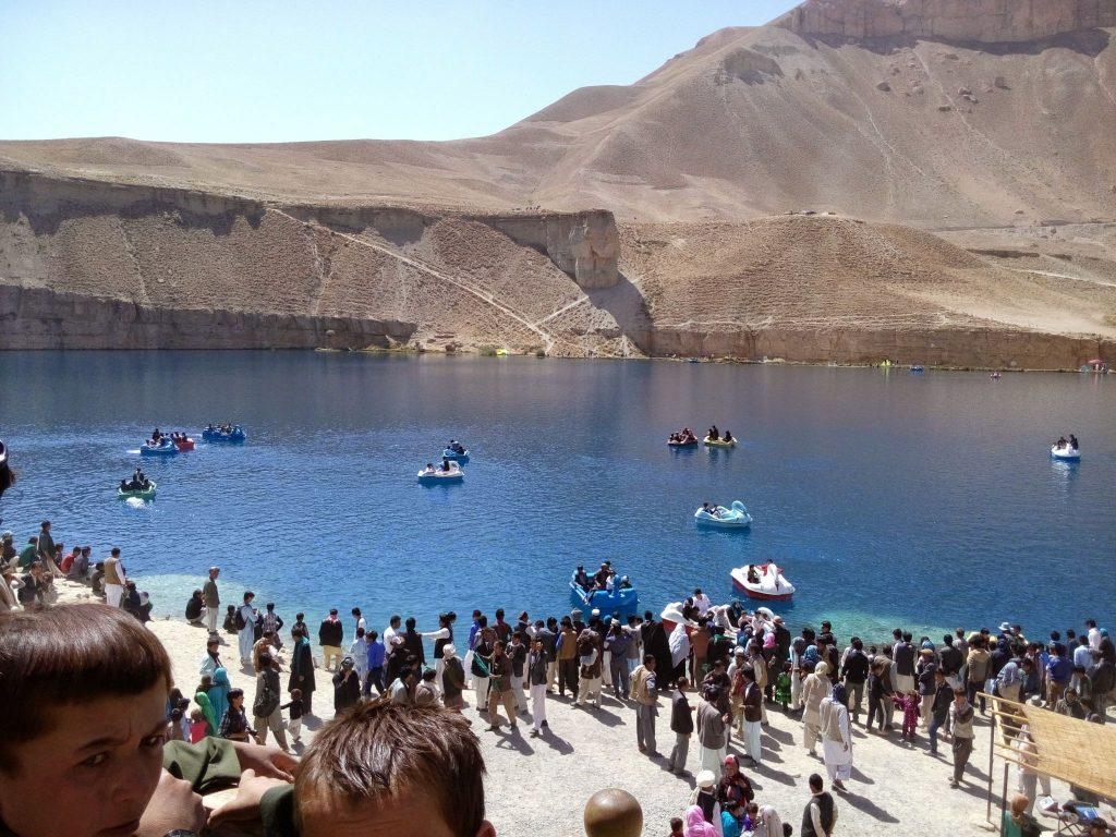 Łódki łabędzie na jeziorze