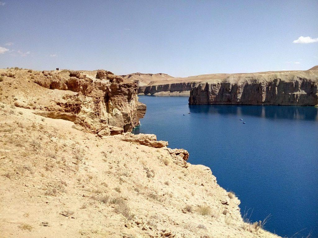 Błękitna woda w jeziorze