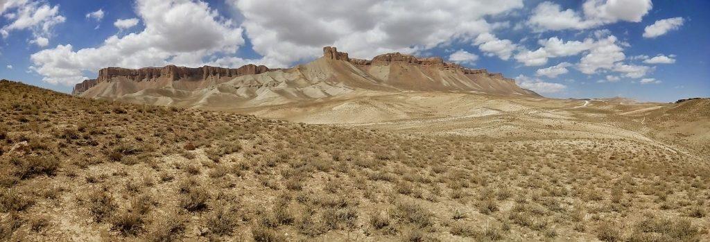 Pasmo górskie nad jeziorem Band-e-Amir
