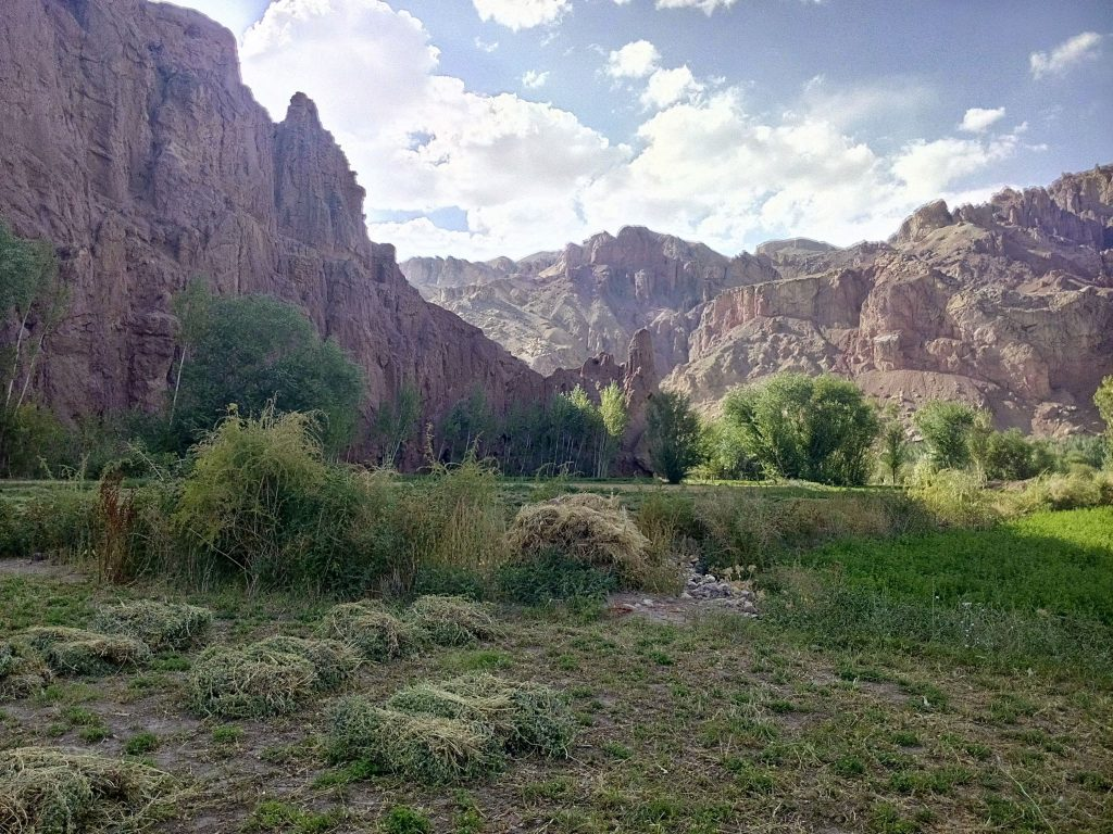 Wschodnie wejście do doliny Bamyan otoczone przez czerwone góry