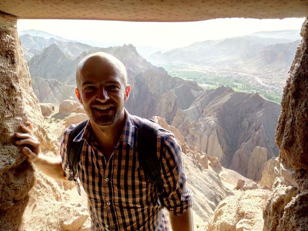 Autor Bloga czyli Borys Specjalski na tle pasma górskiego otaczającego dolinę Bamyan