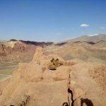 Pozostałość po dziale przeciwlotniczym zamontowanym przez Talibów na szczycie czerwonego miasta w Bamyan, Afghanistan