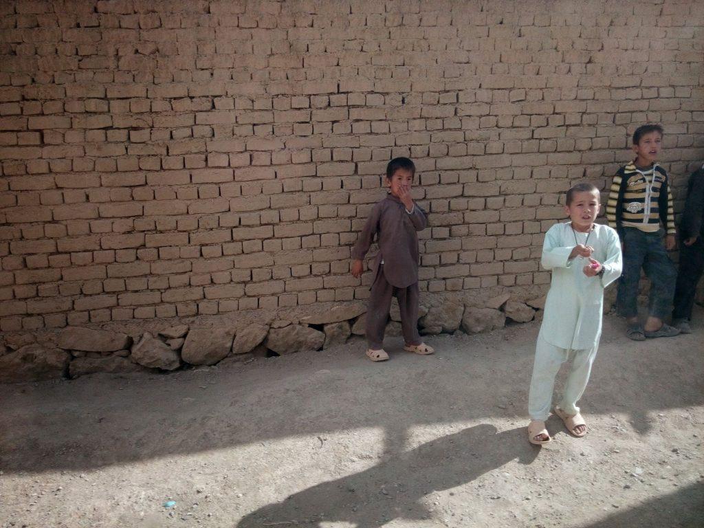 Dzieci przy drodze do smoczej doliny. W samej dolinie zbudowane zostało osiedle dla emigrantów powracających z Iranu