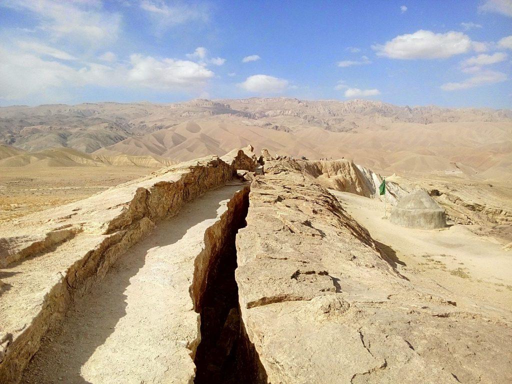 """Pęknięcie widoczne w """"smoczym ogonie"""" w smoczej dolinie w Bamyan, Afganistan"""