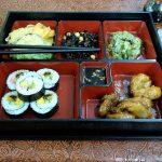 Japońskie jedzenie zaserwowane na kolację
