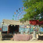 Karuzela na wesołym miasteczku nad brzegiem jeziora Qargha