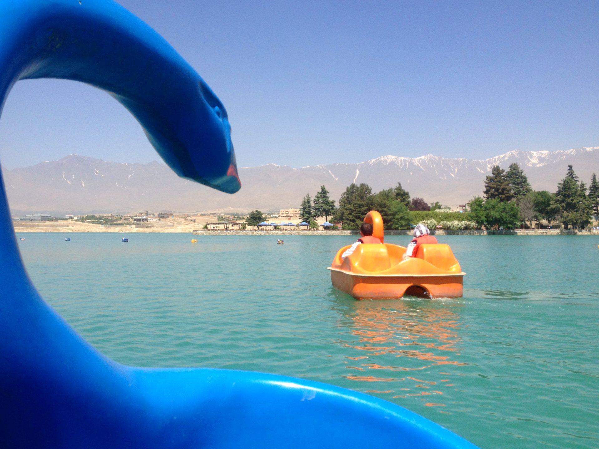 Przed nami pomarańczowy łabędź i widok na góry okalające Kabul