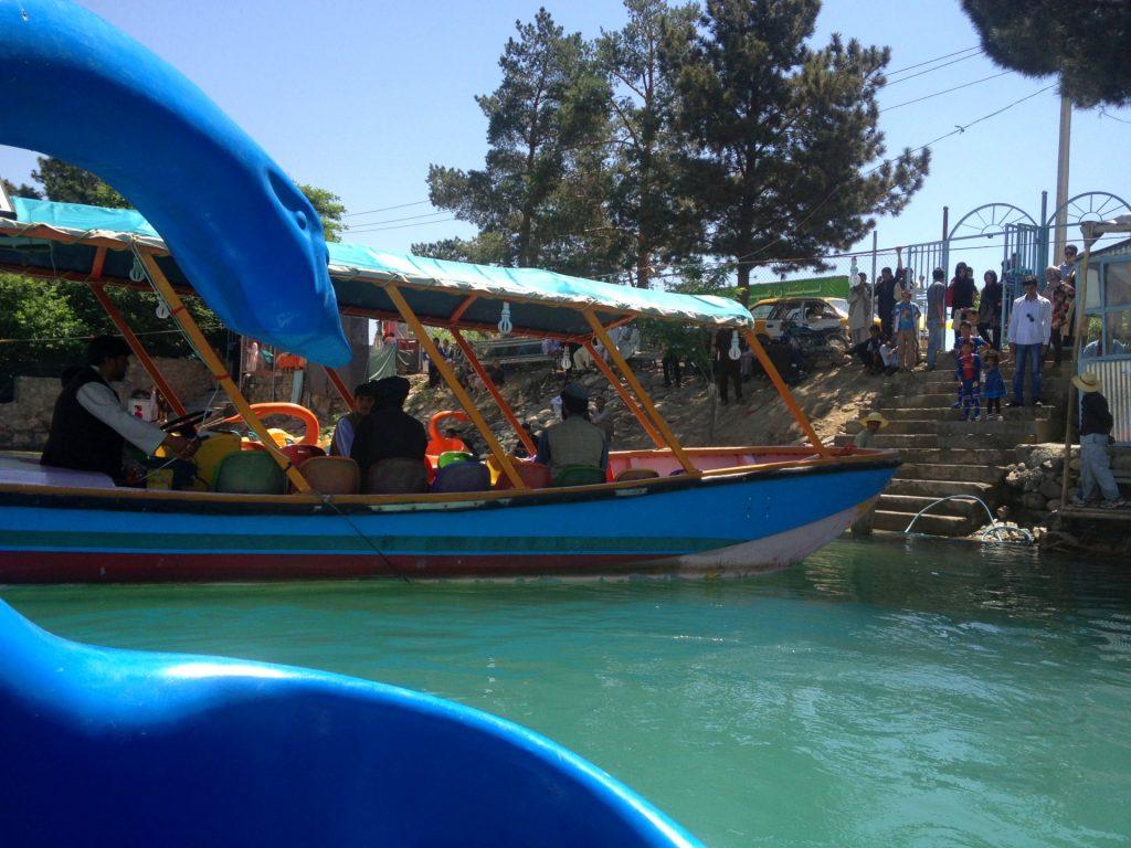 Łódka w kształcie łabędzie na jeziorze Qargha