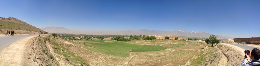 Panorama na pola dookoła jeziora Qargha