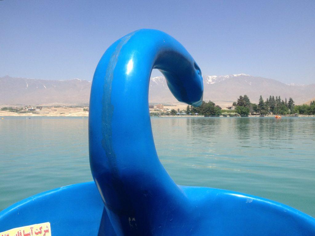 Piękna łódka w kształcie łabędzia na jeziorze Qargha