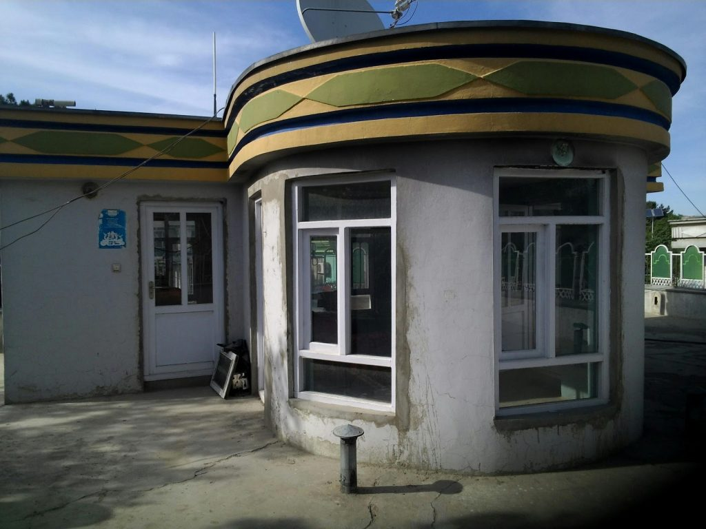 Dziwna przybudówka na dachu budynku w Kabulu