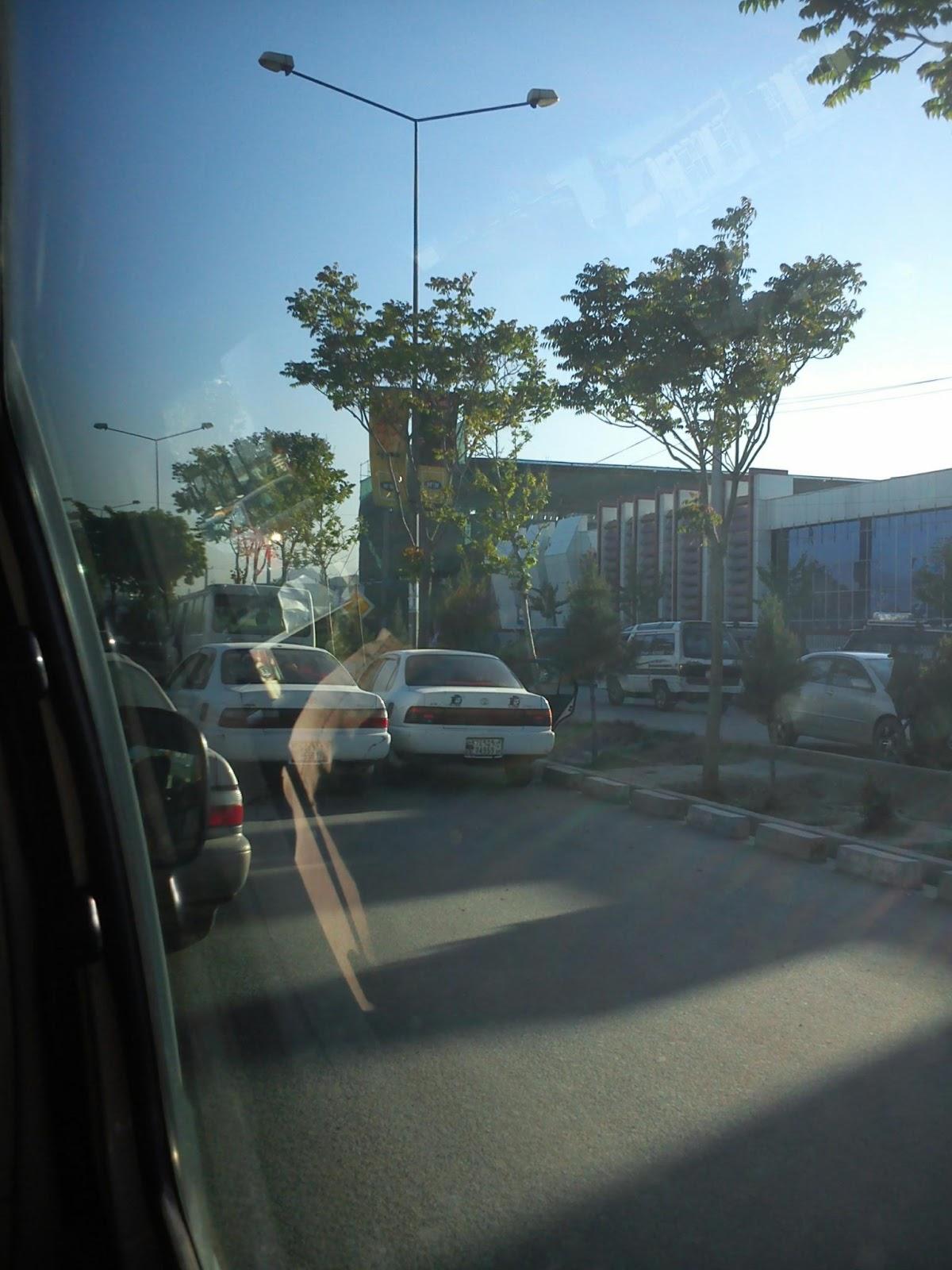 Ulica w Kabulu, widok zza szyby samochodu