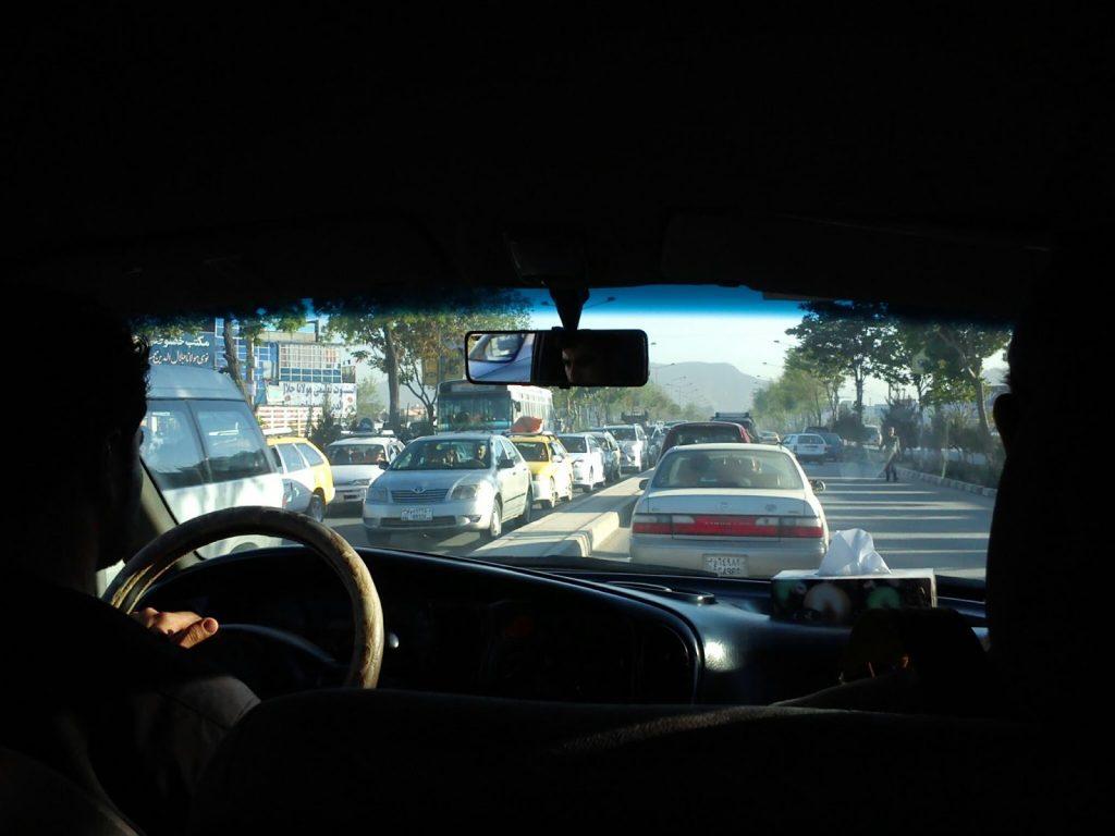 Widok na drogę prowadzącą z lotniska w Kabulu
