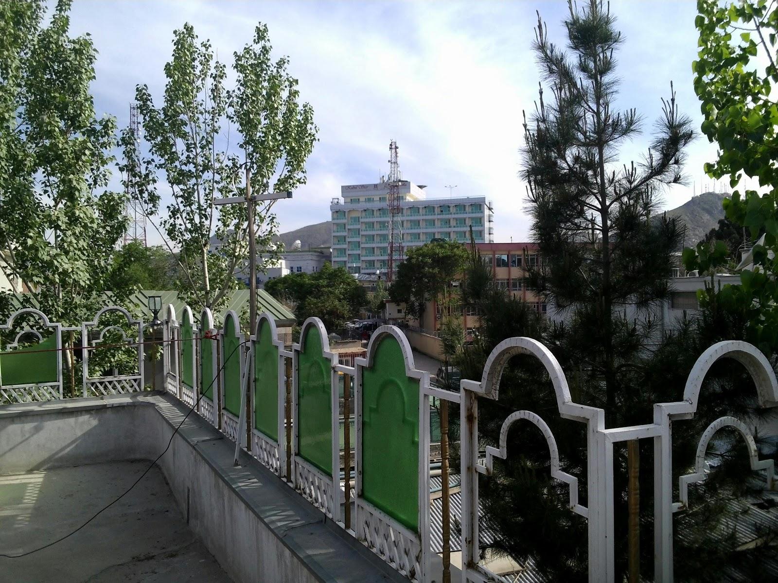 Widok z dachu mojego budynku na hotel Kabul Star