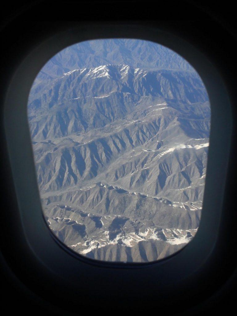 Widok na góry otaczające Kabul z okna samolotu