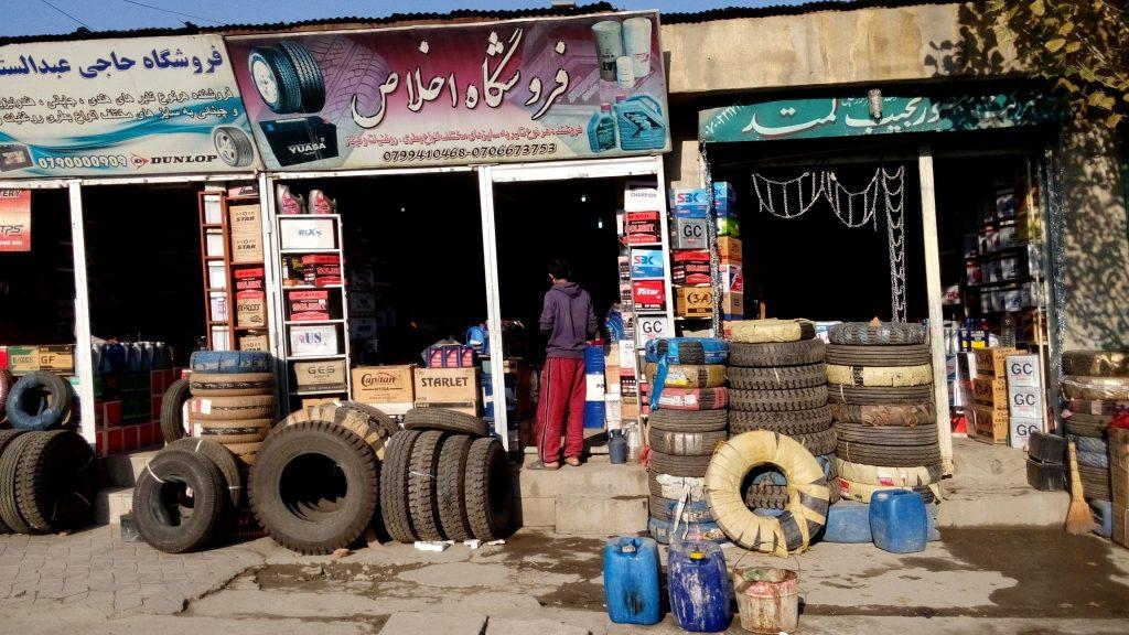Sklep z używanymi oponami w Kabulu