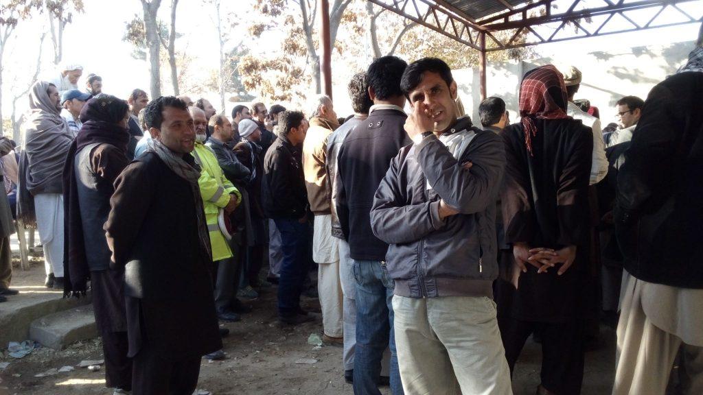 Kolejka oczekujących po wizę przed ambasadą Pakistanu w Kabulu
