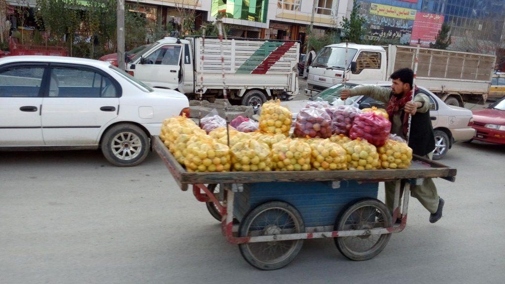 Sprzedawcy owoców zawsze mają ręce pełne roboty