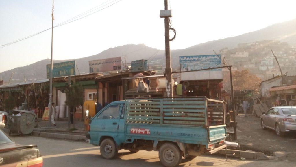 Targowisko na tle Kabulskich gór