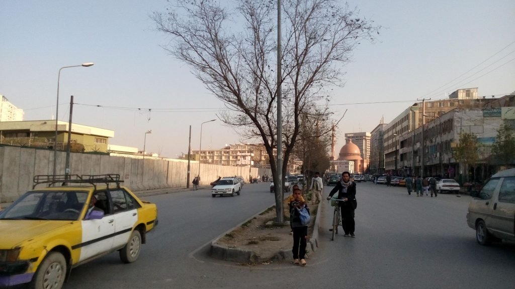 Typowa ulica w Kabulu. W tle największy meczet stolicy Afganistanu