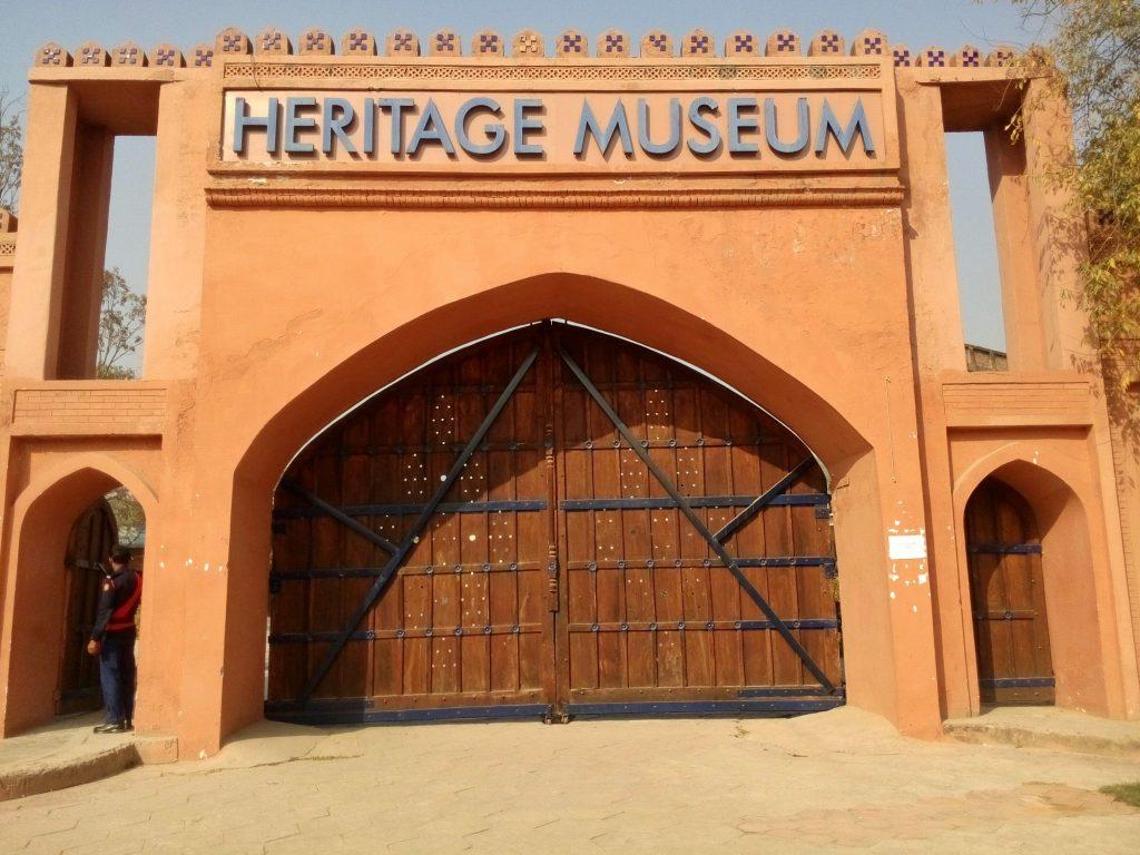 Wejście do muzeum dziedzictwa w Islamabadzie, stolicy Pakistanu