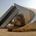 Abstrakcyjny pomnik który widziany z góry ukazuje flagę pakistanu