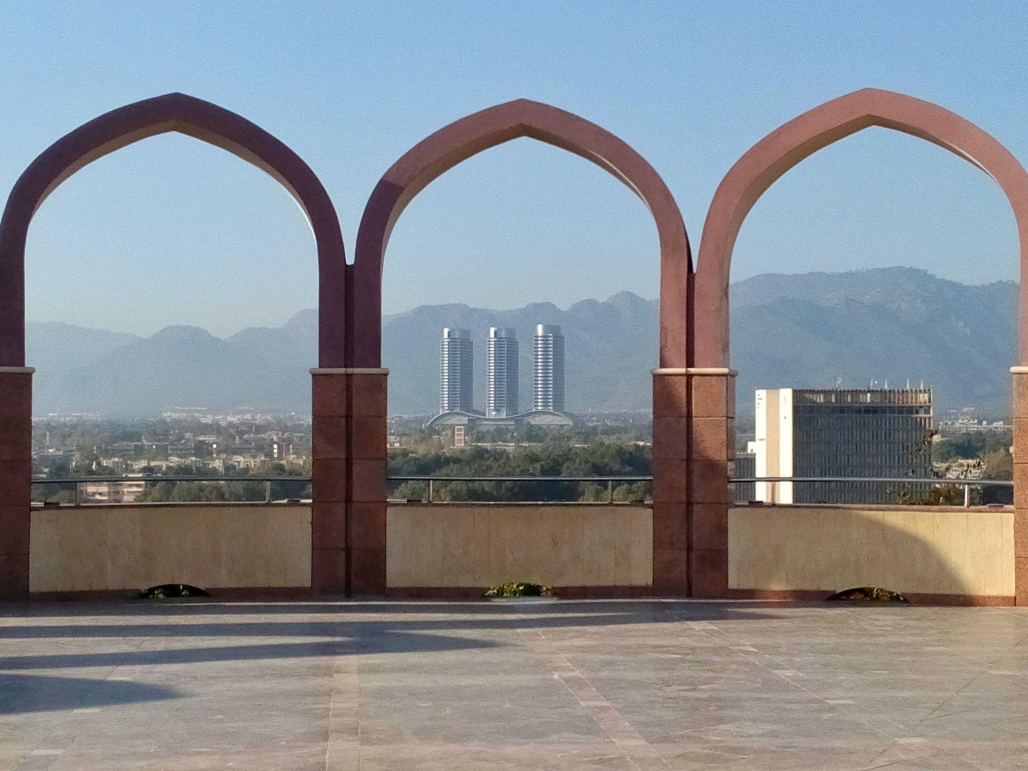 Widok na centrum handlowe Centaurus z pomnika Pakistanu