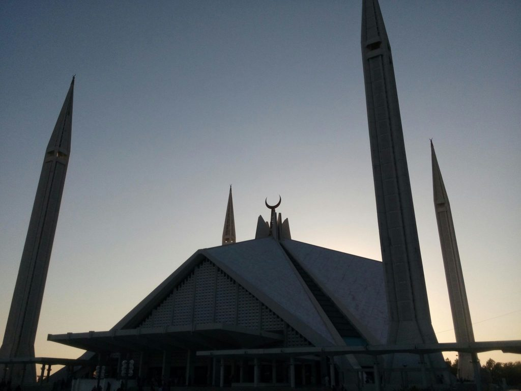 Meczet Faisal w Islamabadzie na tle zachodzącego słońca