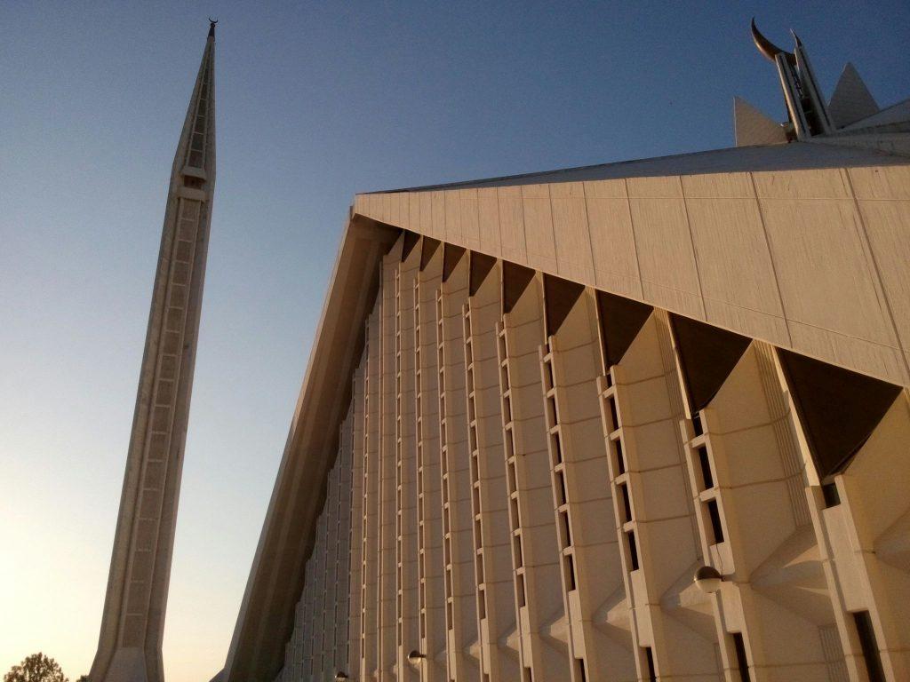 Minaret i południowo zachodnia ściana meczetu Faisala w Islamabadzie