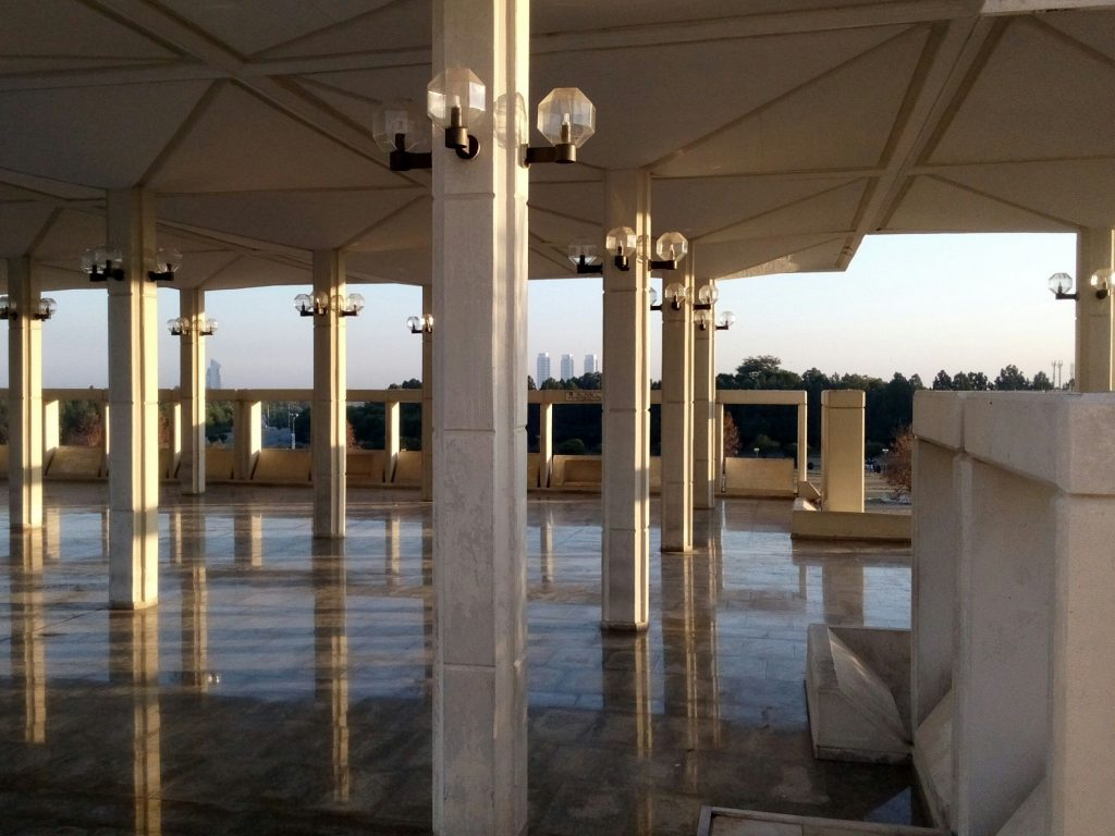 Zadaszona przestrzeń przed meczetem im. Faisala w Islamabadzie