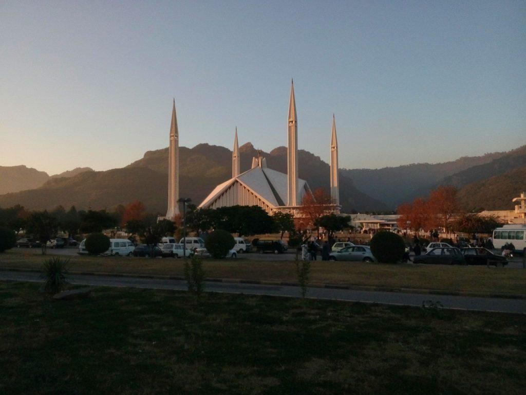 Widok ogólny na Meczet Faisal w Islamabadzie