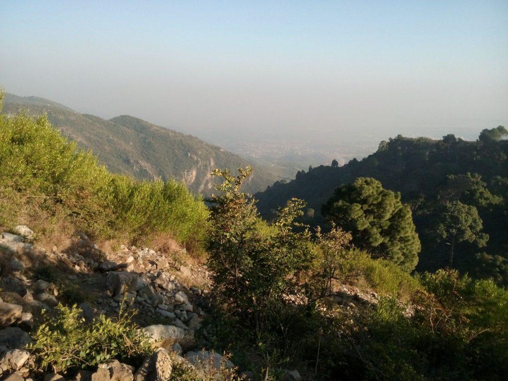 Widok na góry Margalla, w dole słabo widoczny Islamabad