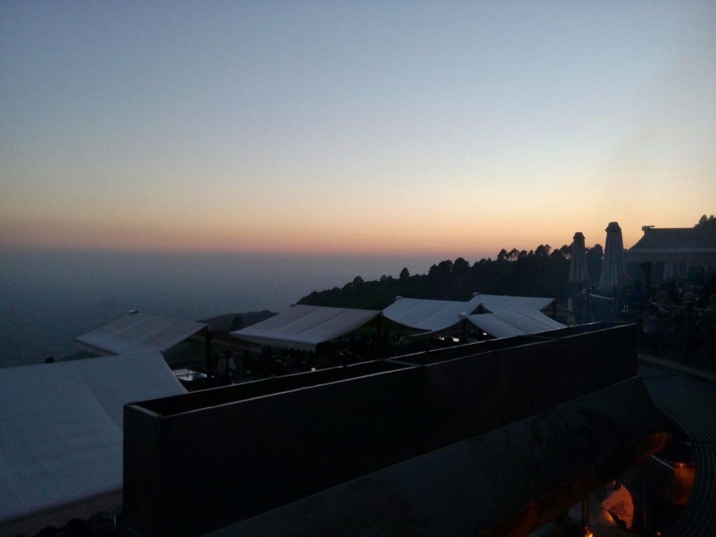 Zachód słońca widziany z restauracji Munal w Islamabadzie