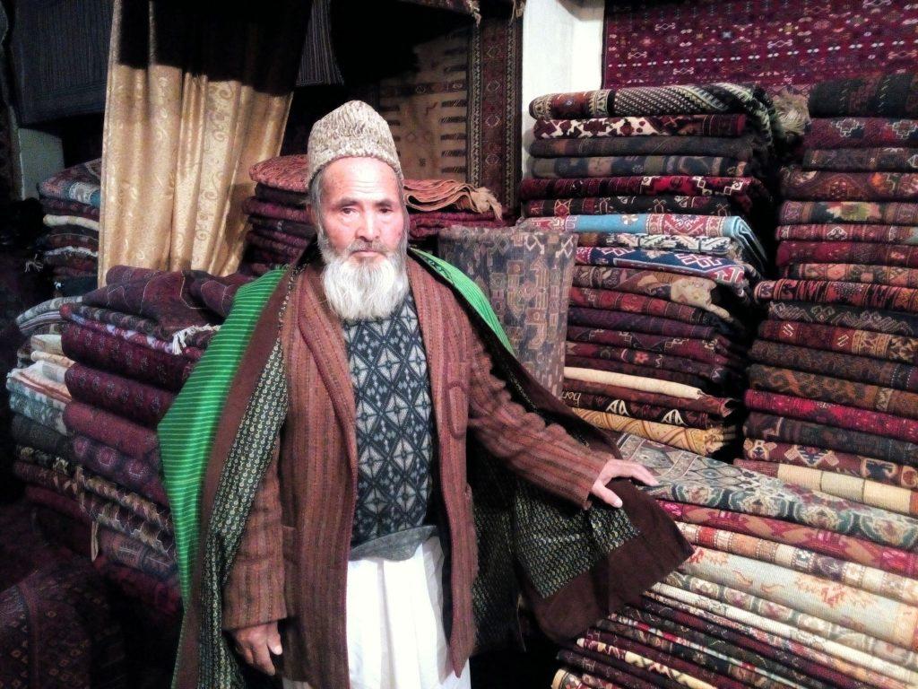 Haji Abdul Hakim, właściciel sklepu z dywanami w Kabulu